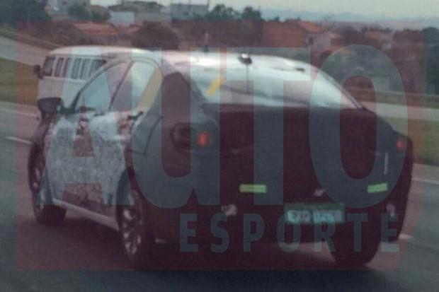 Novo Chevrolet Prisma começou a rodar bem camuflado (Foto: Lucas Gabriel/Autoesporte)