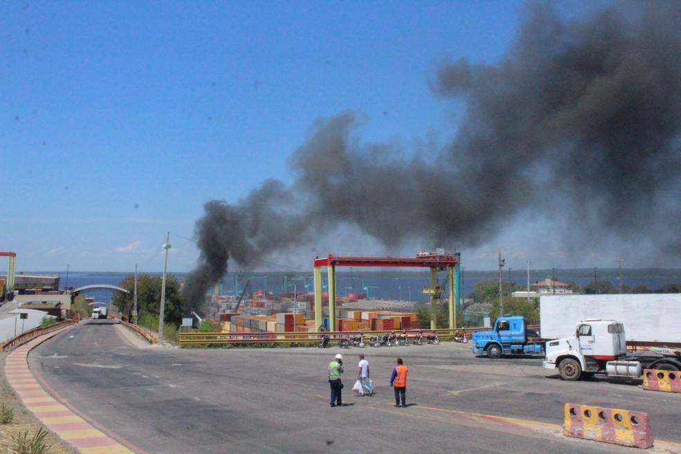 Corpo de Bombeiros afirma que incêndio em contêineres de porto está controlado — Foto: Eliana Nascimento/G1 AM