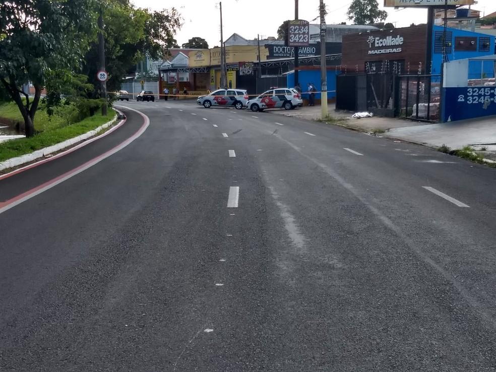 Crime aconteceu na Avenida Nuno de Assis em plena luz do dia em Bauru — Foto: Rafael Fidêncio/TV TEM