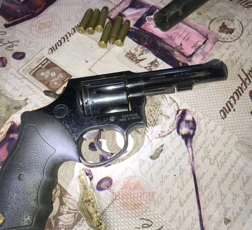 Imagem mostra um dos revólveres apreendidos durante a operação (Foto: PF/Divulgação)