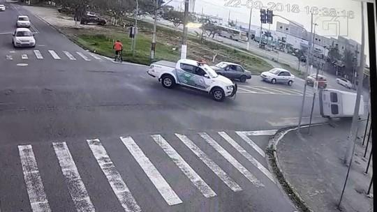 VÍDEO mostra acidente entre carro da polícia e van que feriu 15 em SP
