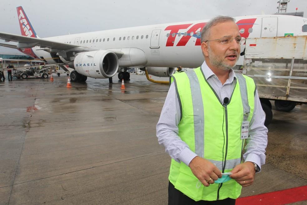 Secretário estadual da Saúde, Fábio Vilas-Boas, acompanhou a chegada do material — Foto: Elói Corrêa/GOVBA