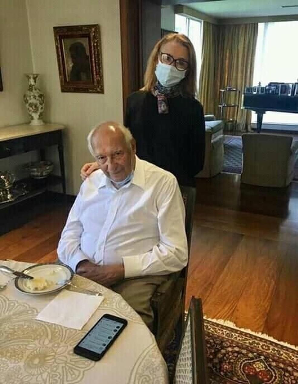 O jurista Ives Gandra Martins após alta do hospital recebe a visita da professora Cláudia Costin, da FGV. — Foto: Acervo Pessoal
