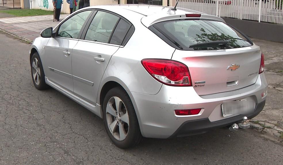 Polícia encontrou o carro abandonado em uma rua do Alto Boqueirão — Foto: Reprodução/RPC