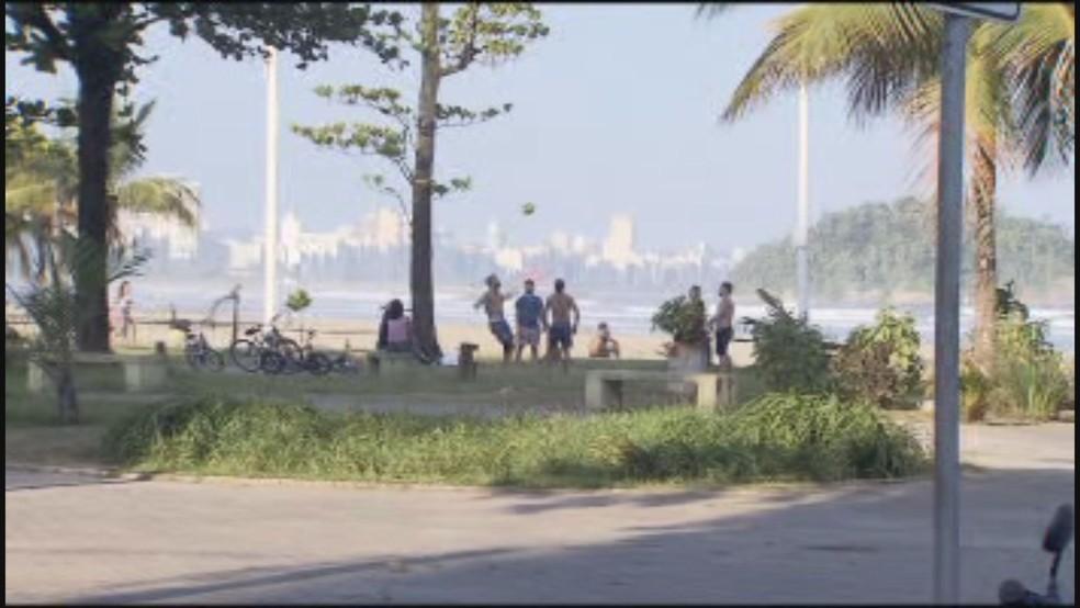 Grupo até jogava bola em praia de São Vicente, SP — Foto: Reprodução/TV Tribuna