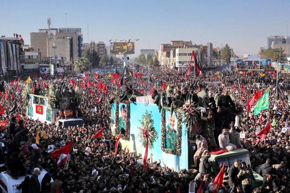 Caixões do general Qassem Soleimani e outras vítimas do ataque no Iraque são transportados em caminhão na cidade de Kerman, no Irã, nesta terça-feira (7) — Foto: Erfan Kouchari / Agência de Notícias Tasnim via AP