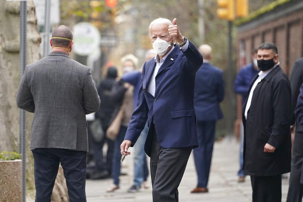Joe Biden, presidente eleito dos EUA, acena a fotógrafos após deixar uma clínica médica em Filadélfia, na Pensilvânia, no sábado (12) — Foto: Susan Walsh/AP Photo