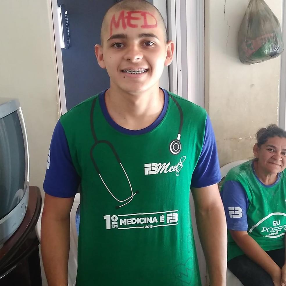 João Carlos Bessa Fernandes, de 17 anos, foi aprovado em medicina no Enem. A mãe dele é diarista — Foto: Cedida