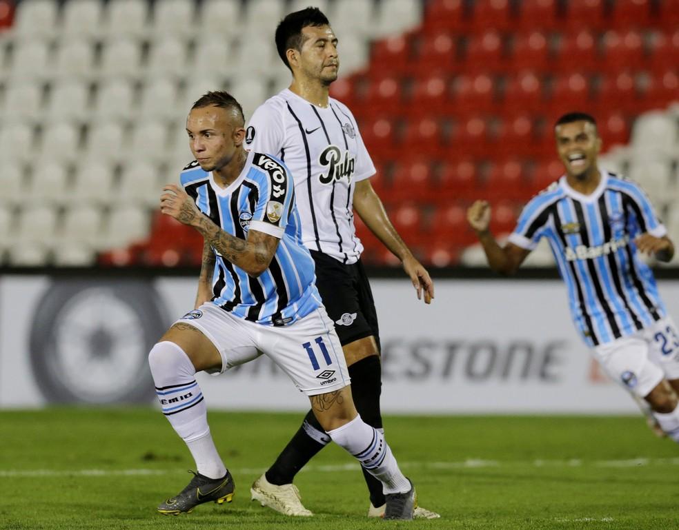 Everton foi o destaque da vitória em Assunção — Foto: Reuters
