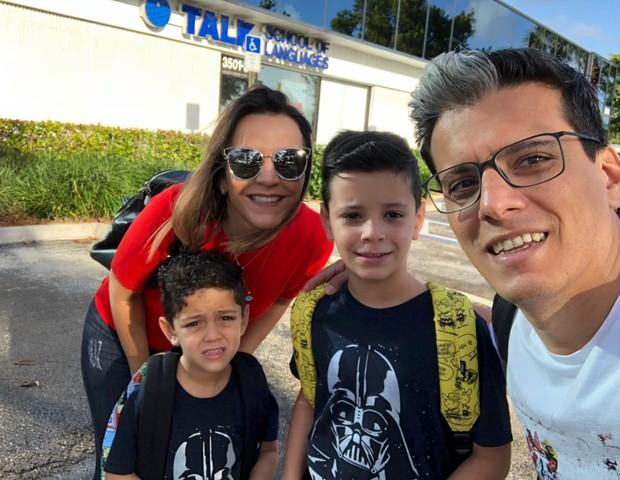 Leonardo e a família em frente à escola em que estudaram  (Foto: Arquivo Pessoal)