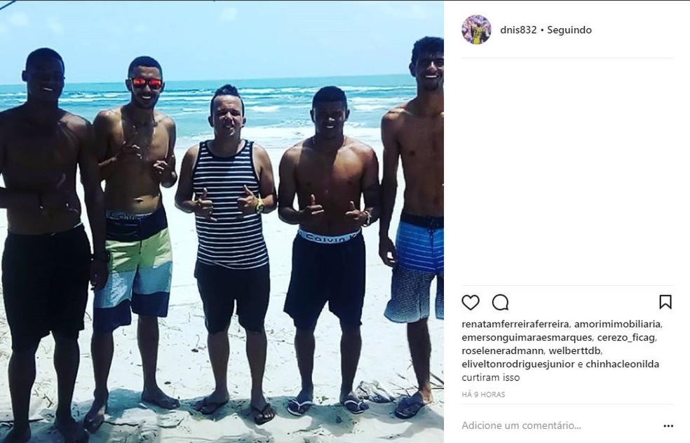 Denis Vieri e os quatro jogadores vítimas do golpe foram à praia antes da exposição do caso do falsário (Foto: Reprodução)