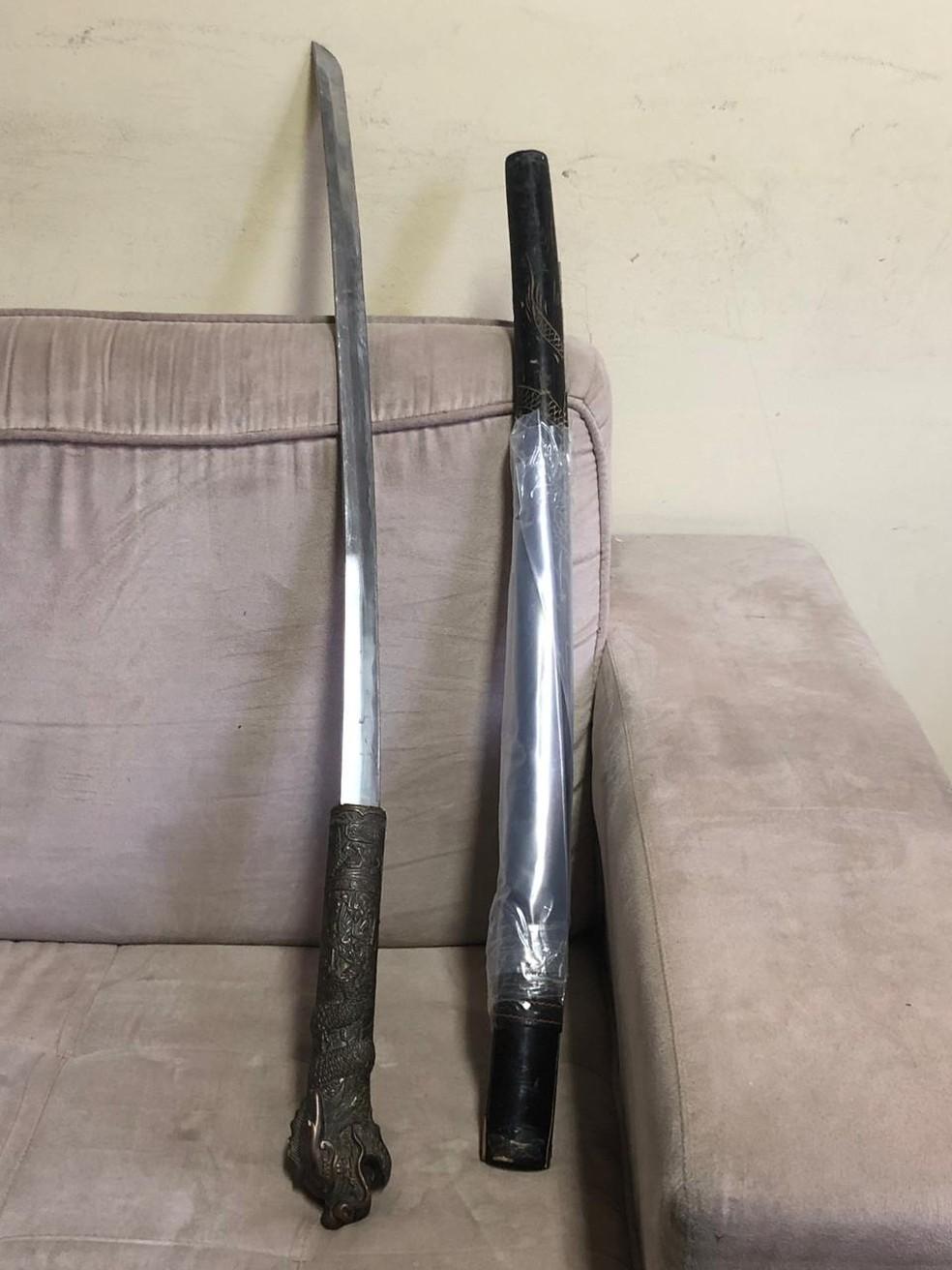 Espada apreendida pela polícia em Itaboraí e que seria usada pela milícia local — Foto: Divulgação/Polícia Civil