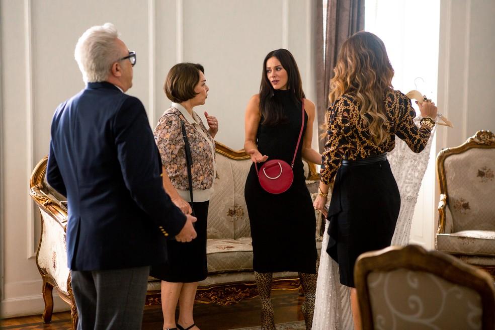 Maria da Paz (Juliana Paes) escolhe o vestido de noiva que o costureiro fez para Vivi Guedes (Paolla  Oliveira), em 'A Dona do Pedaço' — Foto: Fabiano Battaglin / Gshow