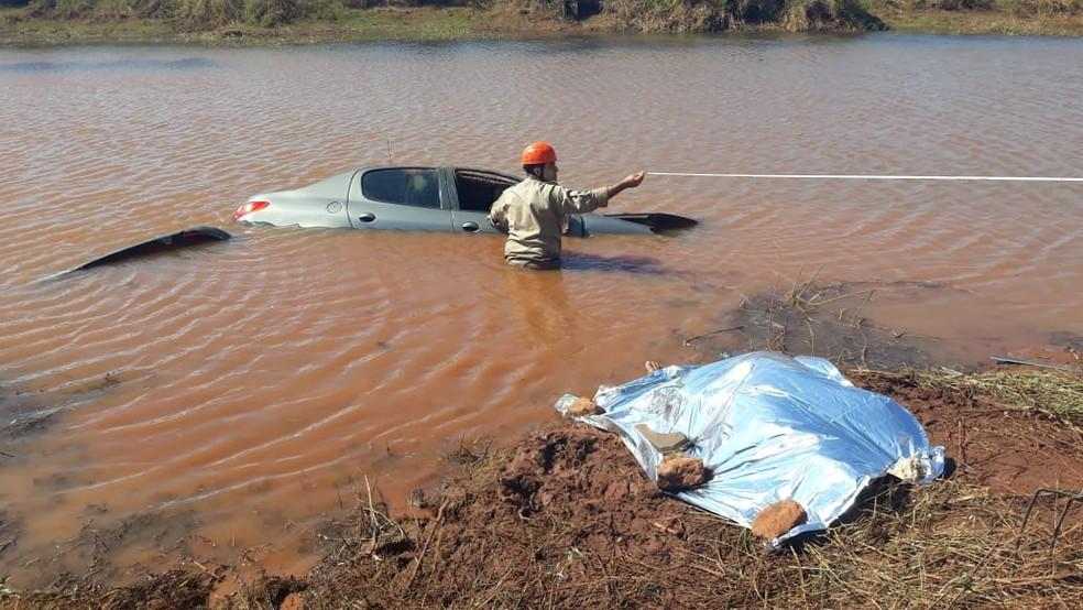Homem morre após carro cair em lago (Foto: Rodrigo Rodrigues/Nova Alvorada News)