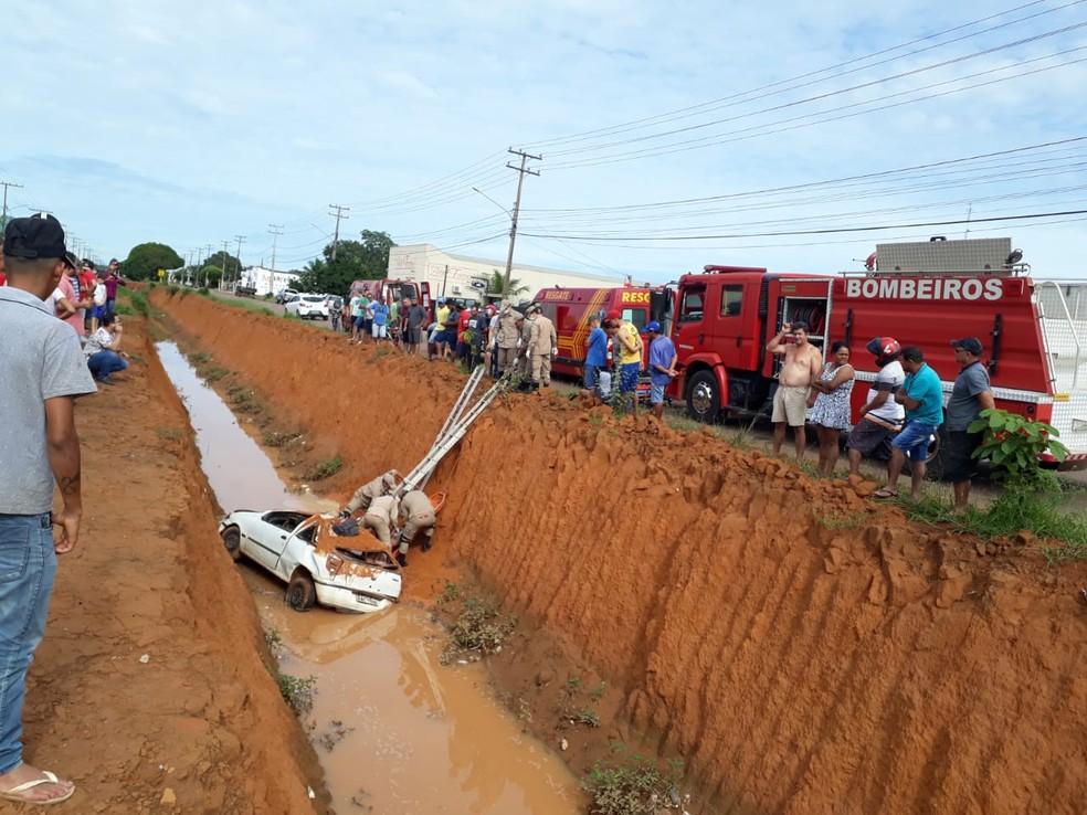 Carro cai em valeta em Sinop (MT). — Foto: Corpo de Bombeiros