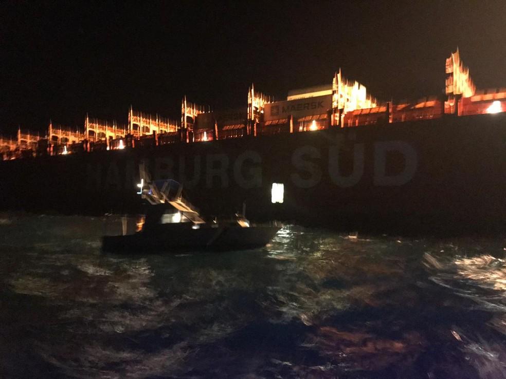 Marinha resgatou remador perto de navio — Foto: Flotilha Associação de Lanchas da Bahia
