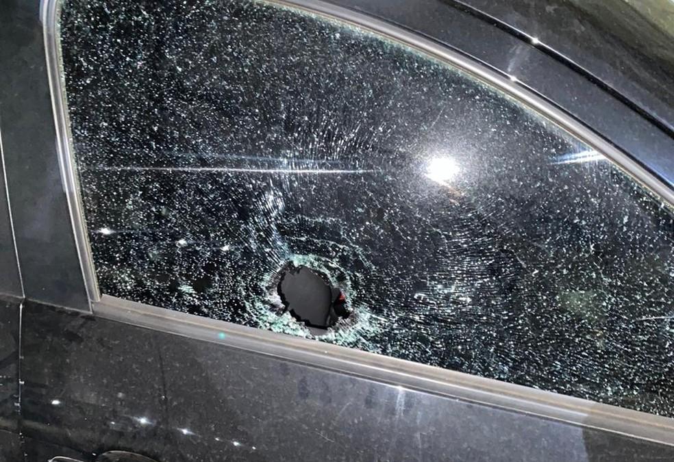 Vítimas foram surpreendidas por uma pedra quando passavam pela Avenida Jorge Teixeira — Foto: Reprodução/Whatsapp