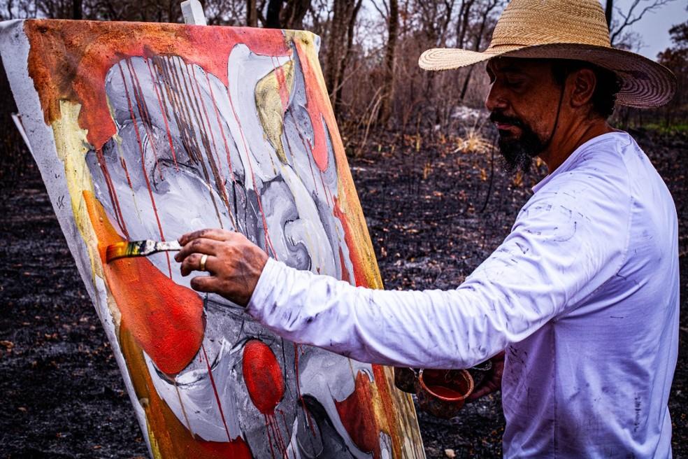 Adriano Figueiredo fez obras em cenário devastado pelas queimadas — Foto: Taiguara Luciano/ Divulgação
