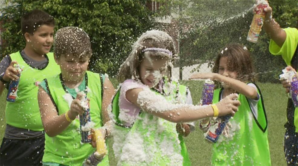 Crianças brincam com spray de espuma no Carnaval de Águas de Lindóia (Foto: Reprodução EPTV)