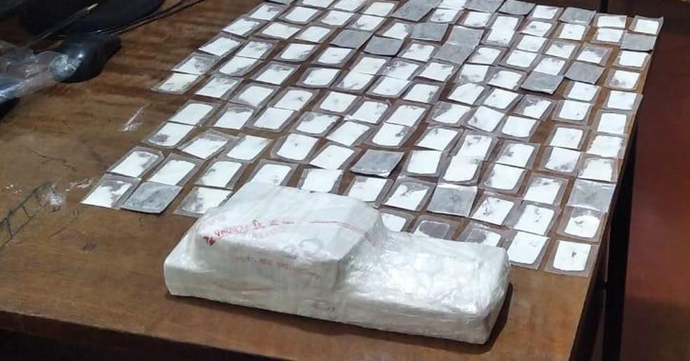 Passageiro que trazia drogas de SP para vender em Boquira foi preso na BA-156 — Foto: Divulgação / PM-Ba