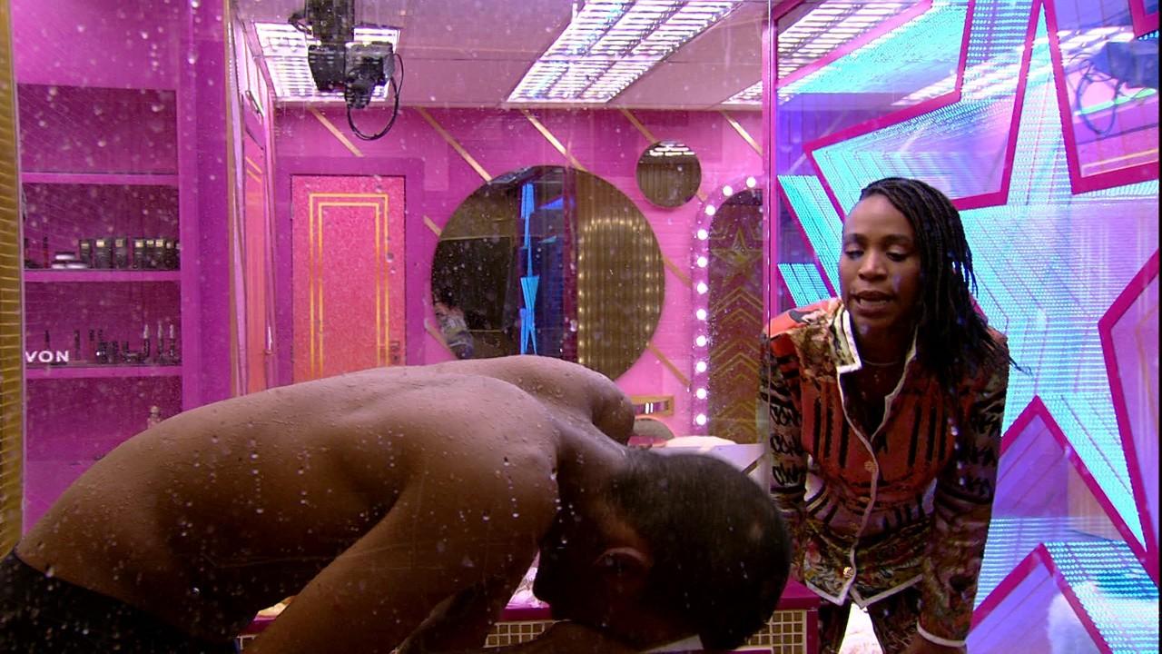 Karol Conká consola Lucas Penteado que chora no banho