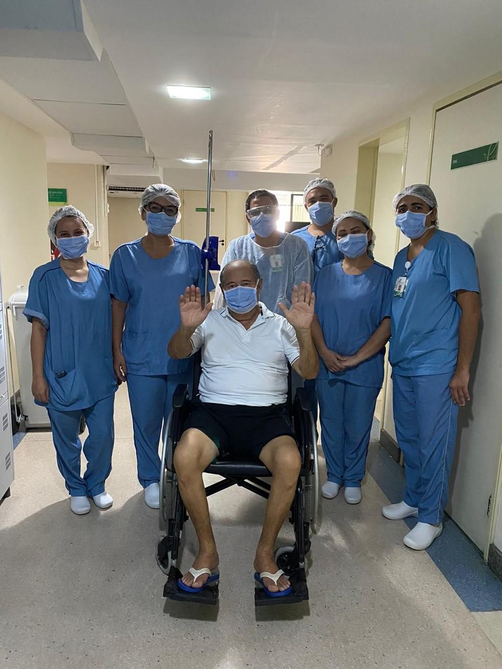 Aposentado Iremar Leite Pereira, de 72 anos, ficou entubado por 14 dias e se curou da Covid-19 — Foto: Cedida