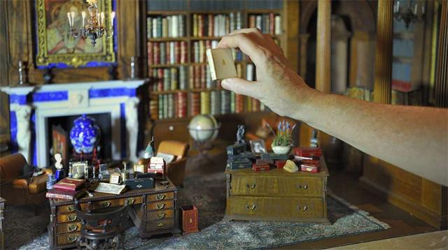 Casa de bonecas da rainha Mary: alguns livros também são reais!  (Foto: Divulgação)