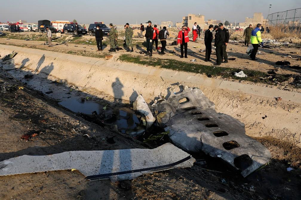 Destroços de avião ucraniano são vistos em Shahedshahr, sudoeste da capital Teerã, no Irã  — Foto: Ebrahim Noroozi/AP