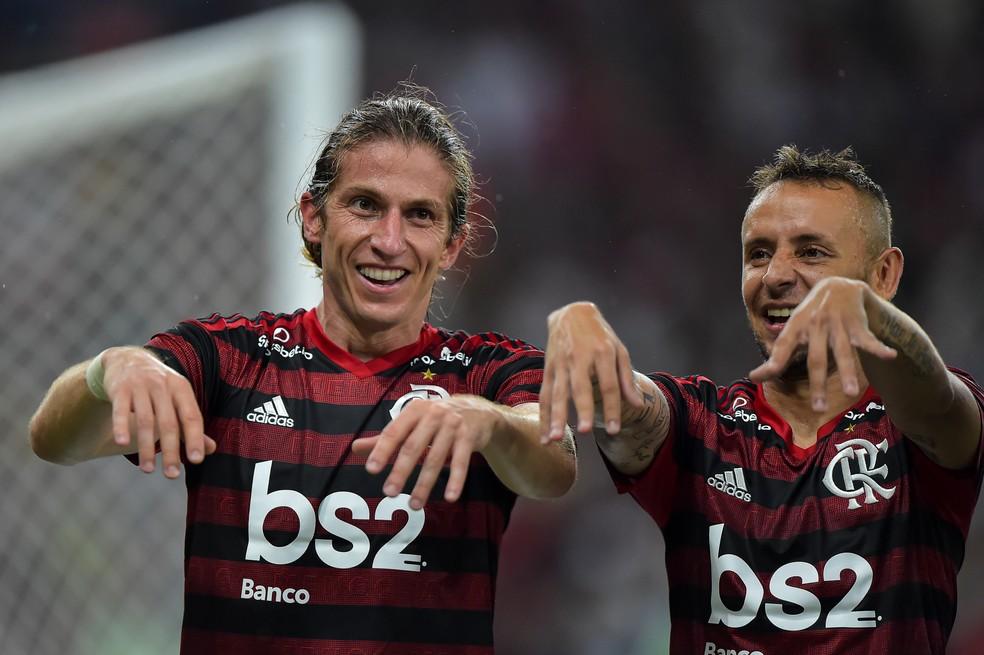 Filipe Luís e Rafinha comemoraram o primeiro gol do lateral-esquerdo pelo Flamengo — Foto: André Durão/GloboEsporte.com