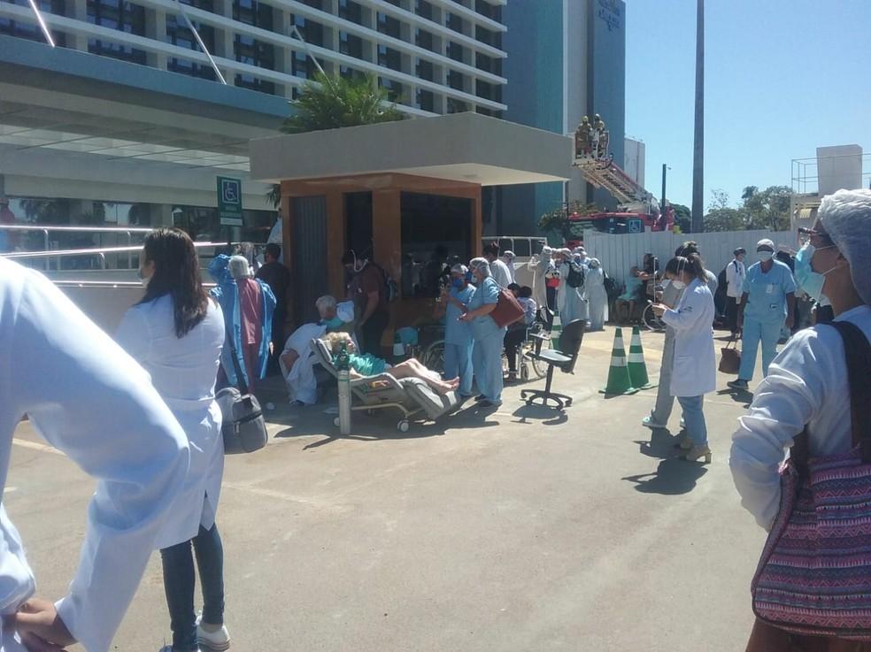 Pacientes do Hospital Santa Luzia, em Brasília, foram levados para o estacionamento por causa de incêndio — Foto: TV Globo/ Reprodução