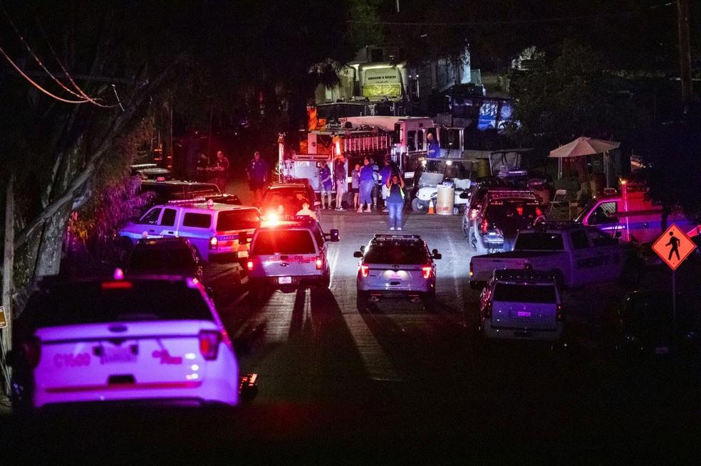Polícia chega a parque em Gilroy, na Califórnia, após disparos deixarem mortos e feridos no domingo (28)  — Foto: Philip Pacheco / AFP