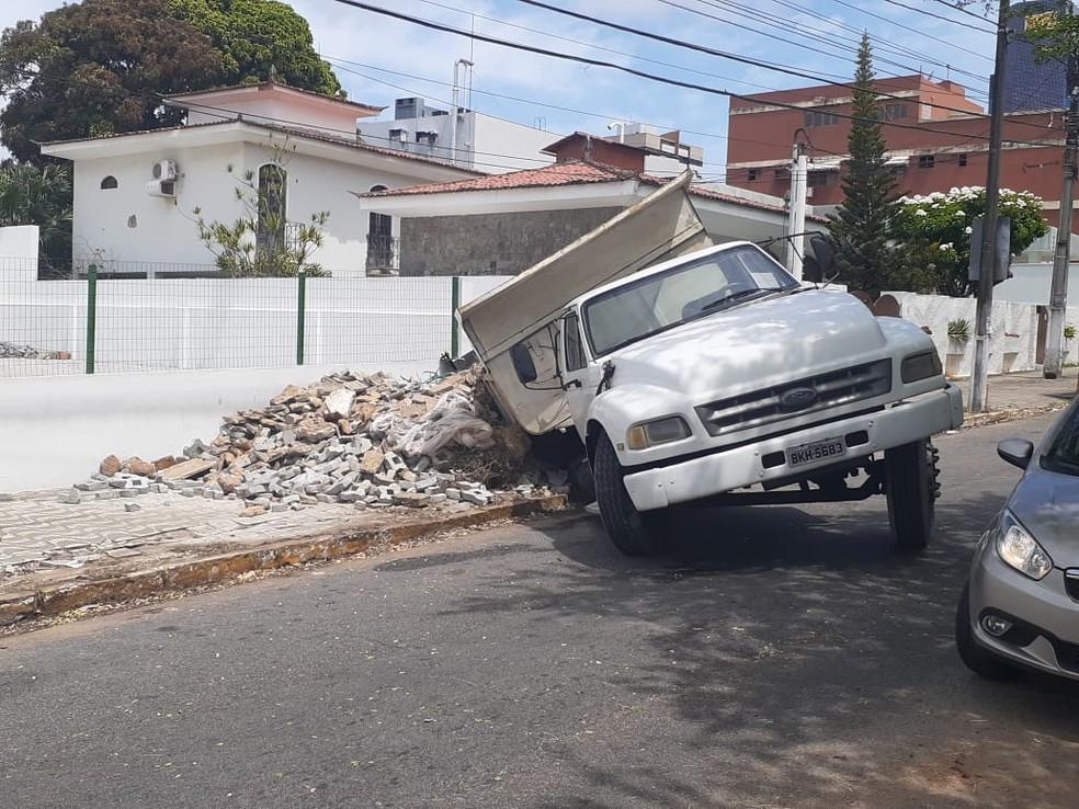 Caminhão tomba após pneu cair dentro de fossa em Natal na manhã desta quinta-feira (4) — Foto: Kleber Teixeira / Intertv Cabugi