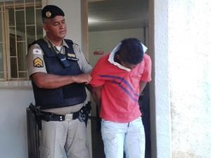 Preso de 19 anos trocou de camiseta após o crime (Foto: Michelly Oda/G1)