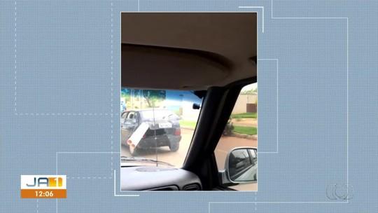 Motorista é flagrado ao transportar canos no porta-malas de carro