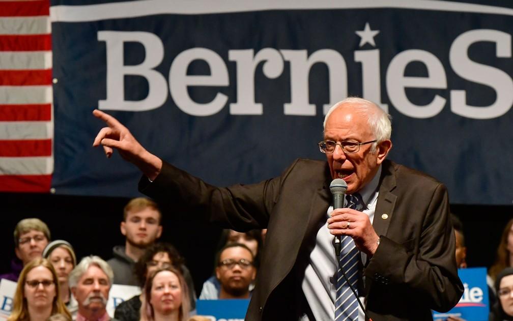 O senador de Vermont e pré-candidato democrata Bernie Sanders, durante comício em St. Louis, Missouri, na segunda-feira (9) — Foto: Tim Vizer/AFP