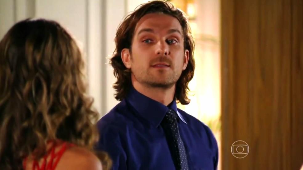 Alberto (Igor Rickli) mente para Ester (Grazi Massafera) e diz que Gonzalo vai deixar Cassiano (Henri Castelli) em paz - 'Flor do Caribe' — Foto: Globo