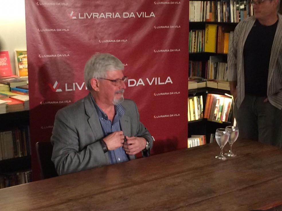 Janot durante o lançamento de seu livro em SP — Foto: Glauco Araújo/G1