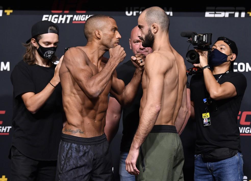 Edson Barboza e Giga Chikadze fizeram uma encarada dura após a pesagem do UFC — Foto: Getty Images