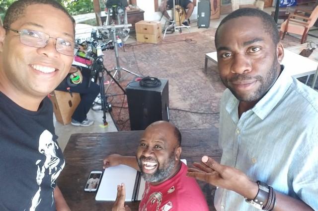 Lázaro Ramos ao lado do diretor Anderson Quack (ao centro) e do roteirista Elisio Lopes Jr. nos bastidores das gravações da nova temporada do 'Espelho' (Foto: Arquivo pessoal)