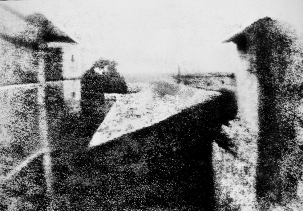 """A primeira foto do mundo ficou conhecida como """"Vista da Janela em Le Gras"""" — Foto: Divulgação"""