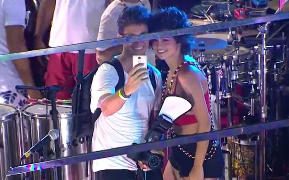 Nanda Costa posou para selfie com um fotográfo (Foto: Reprodução/TV Bahia)