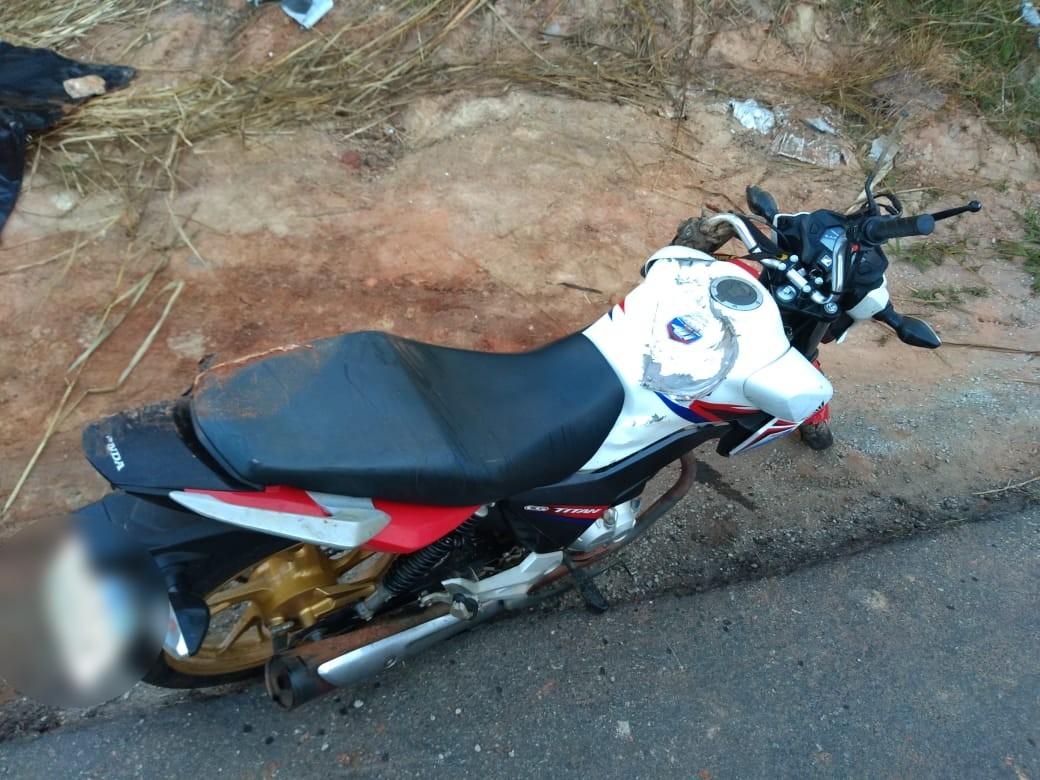 Motociclista morre ao colidir com placa de publicidade na RJ-186 - Notícias - Plantão Diário