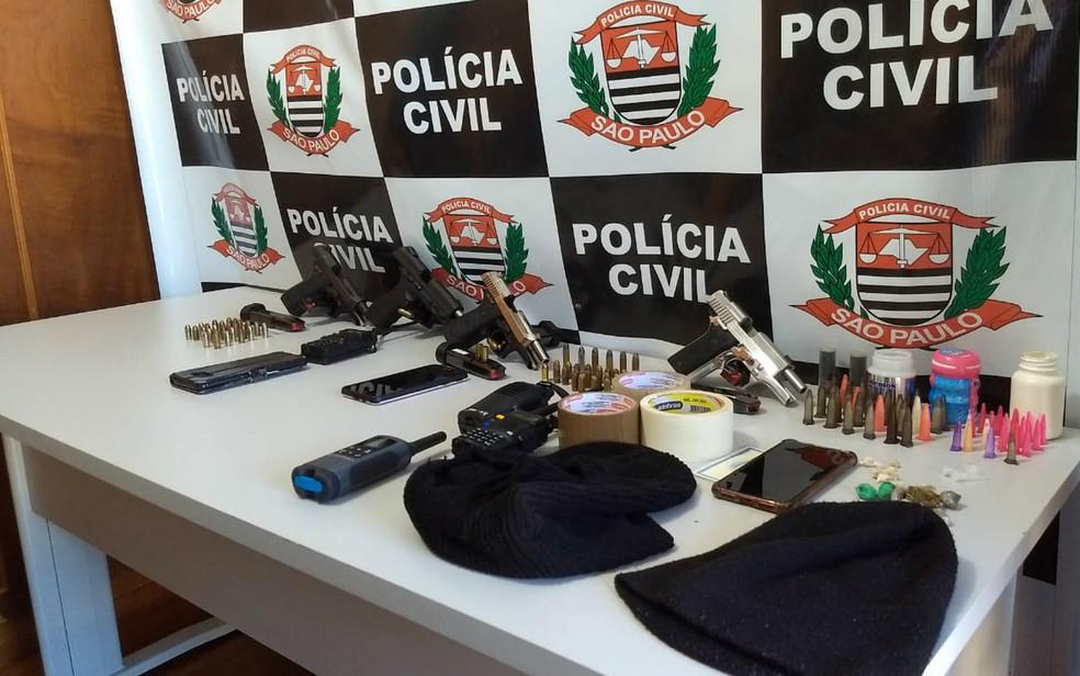 Armas, celulares e drogas apreendidos na Operação Calabar em Bebedouro, SP — Foto: Polícia Civil/Divulgação
