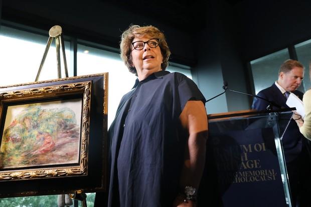 Sylvie Sulitzer com a pintura de Renoir (Foto: Getty)