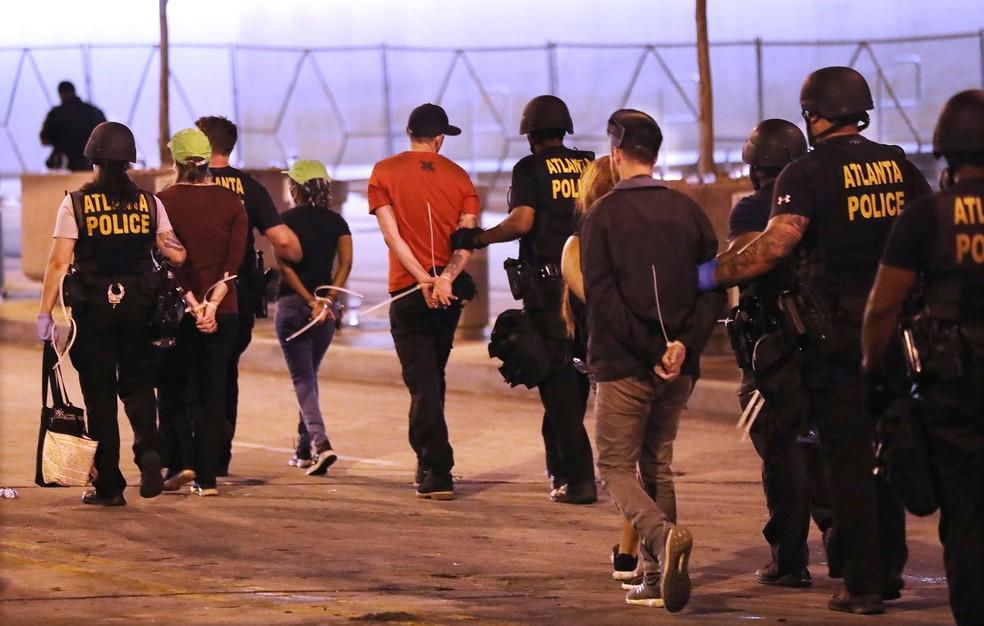 Manifestantes são detidos depois do início do toque de recolher em Atlanta, nos Estados Unidos, na segunda-feira (1º)  — Foto: Curtis Compton/Atlanta Journal-Constitution via AP