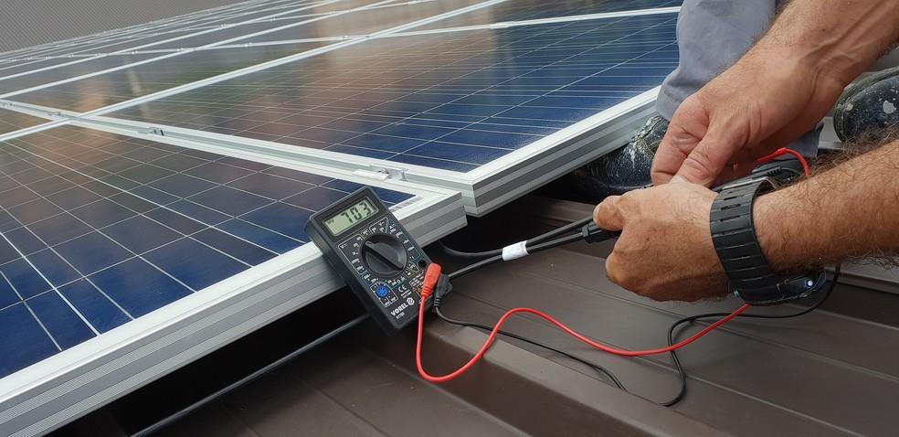 Instalação de painéis solares — Foto: Pexels