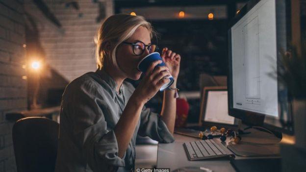 Gerentes de nível médio estão trabalhando o equivalente a 44 dias em horas extras, ficando doentes e estressados, diz estudo (Foto: Getty Images/BBC)