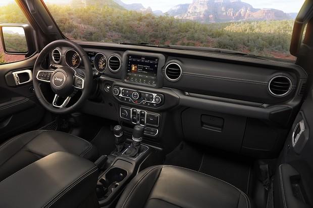 Interior conta com volante multifuncional, central multimídia e revestimento de couro (Foto: Divulgação)