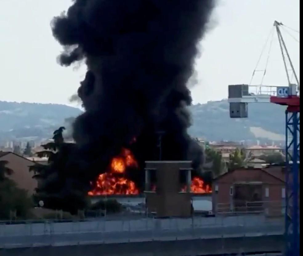Fogo é visto nesta segunda-feira (6) em local de explosão em estrada de Bologna, na Itália (Foto: Alberto Rodriguez/via Reuters)