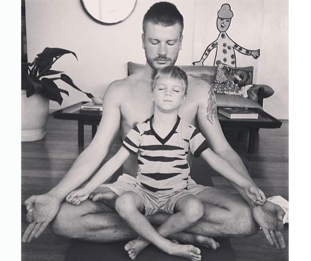 O ator Rodrigo Hilbert, marido da apresentadora Fernanda Lima, é muito amigo dos seus filhos, os gêmeos Francisco e João. Uma vez ele divulgou no seu Instagram um momento em que aparece meditando com um deles (Foto: Reprodução/Instagram)